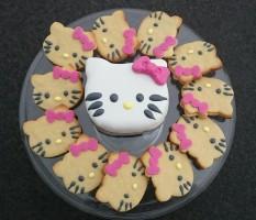 Hello Kitty Kekse und Motivtorte.jpg